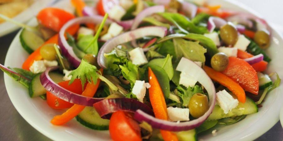acompañar cordero con ensalada de verduras crudas