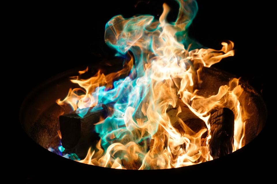 como encender un fuego de carbon