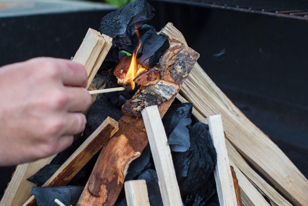 cómo encender una parrilla de carbón-