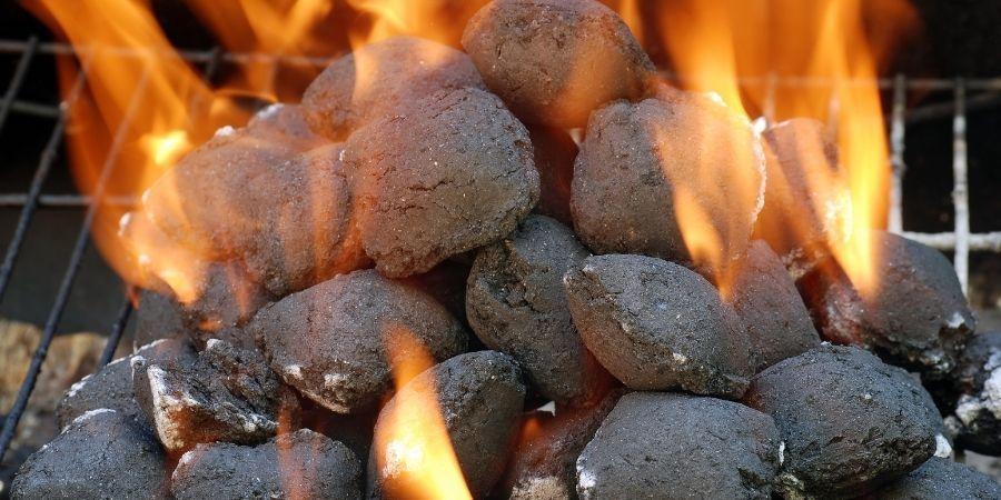 encender barbacoa de carbón con piñas