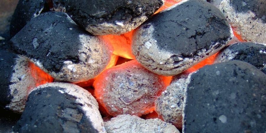 preparar carbon para encender barbacoa con piñas